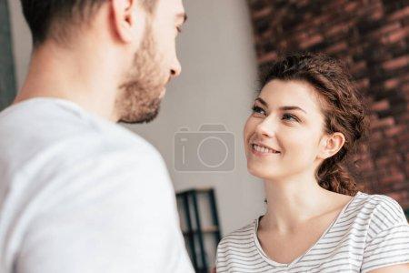 Photo pour Fille attirante joyeuse regardant le petit ami avec le sourire - image libre de droit