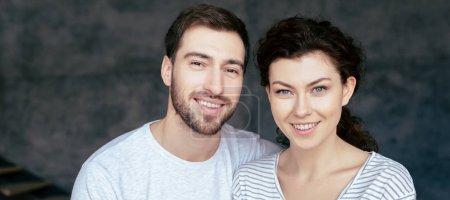 Photo pour Tir panoramique de couples heureux regardant l'appareil-photo avec le sourire - image libre de droit
