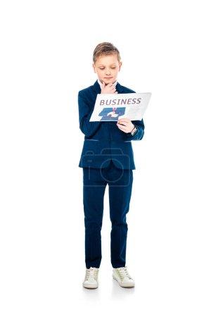 Photo pour Cher écolier en tenue formelle lecture journal d'affaires en blanc - image libre de droit