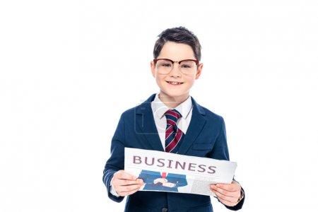 Photo pour Heureux écolier en tenue formelle et lunettes avec journal d'affaires isolé sur blanc - image libre de droit