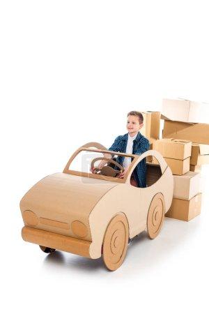 Photo pour Heureux garçon jouer avec voiture en carton sur blanc avec espace de copie - image libre de droit