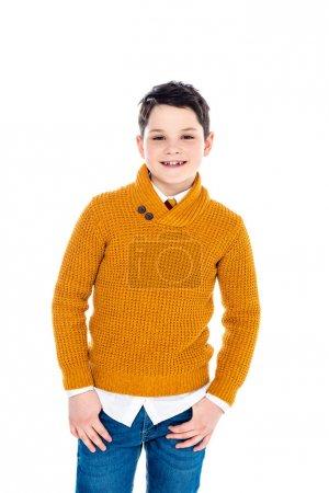 Photo pour Adorable garçon souriant en vêtements décontractés regardant la caméra isolée sur blanc - image libre de droit