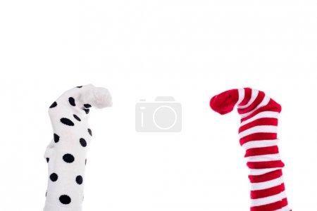 Photo pour Vue recadrée de la personne avec des marionnettes chaussettes colorées sur les mains isolé sur blanc - image libre de droit