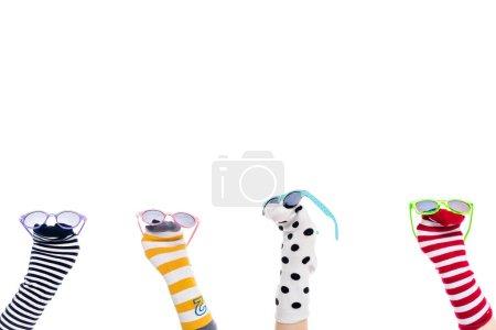 Photo pour Vue recadrée des personnes avec des marionnettes chaussettes colorées et des lunettes de soleil sur les mains isolé sur blanc - image libre de droit