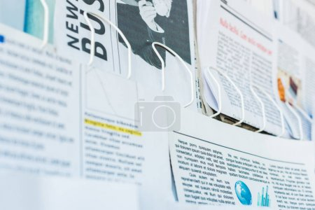 Foto de Selective focus of daily print newspapers on stand - Imagen libre de derechos