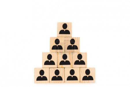 Pyramide aus Holzklötzen mit schwarzen menschlichen Ikonen isoliert auf weiß
