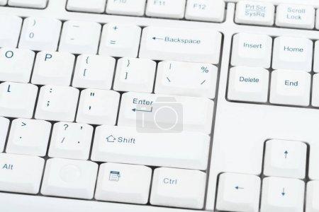 Photo pour Fermer les boutons avec des symboles sur le clavier blanc - image libre de droit