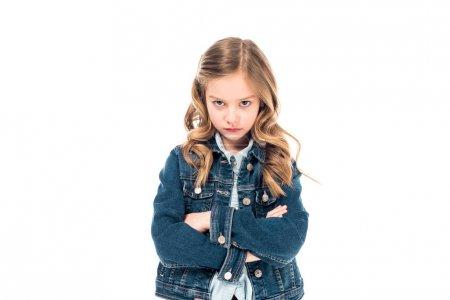 Vorderansicht eines traurigen Kindes in Jeansjacke, das mit verschränkten Armen isoliert auf weiß steht