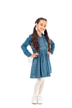 Photo pour Vue pleine longueur de l'enfant de sourire dans la robe de denim d'isolement sur le blanc - image libre de droit