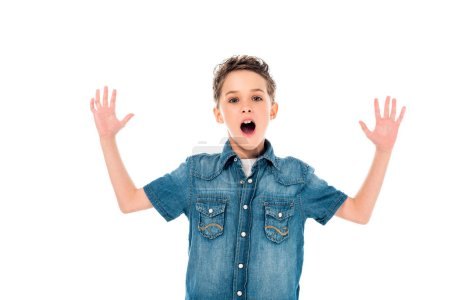 Photo pour Vue avant de l'enfant étonné dans la chemise de denim agitant des mains d'isolement sur le blanc - image libre de droit