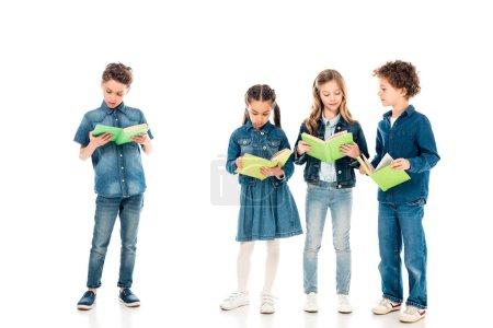 Photo pour Vue pleine longueur de quatre enfants concentrés lisant des livres sur blanc - image libre de droit