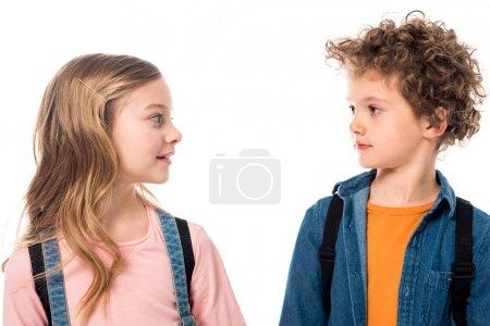 Foto de Dos niños mirándose el uno al otro aislado en blanco - Imagen libre de derechos