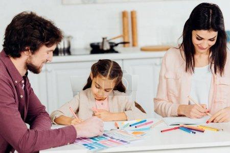 Photo pour Dessin gai de mère et de père avec la fille mignonne à la maison - image libre de droit