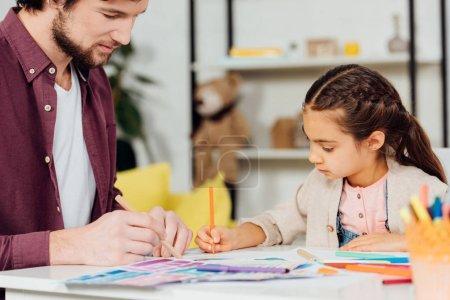 Photo pour Foyer sélectif du dessin mignon de fille avec le beau père - image libre de droit
