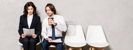 Photo pour Tir panoramique de l'homme retenant la tasse de papier et regardant le document dans des mains de femme attirante - image libre de droit