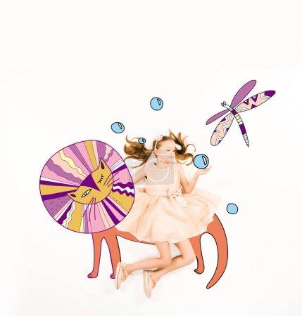 Photo pour Vue de dessus de mignon enfant en robe rose près de personnages de fées sur blanc - image libre de droit