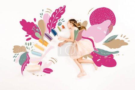 Photo pour Vue supérieure de l'enfant mignon dans le vol rose de robe avec la bouche ouverte près des livres sur le blanc - image libre de droit