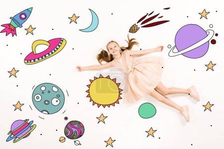 вид сверху веселого малыша в розовом платье, летящего в космос на белом