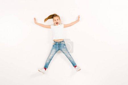Photo pour Vue supérieure de l'enfant effrayé criant tout en se trouvant sur le blanc - image libre de droit