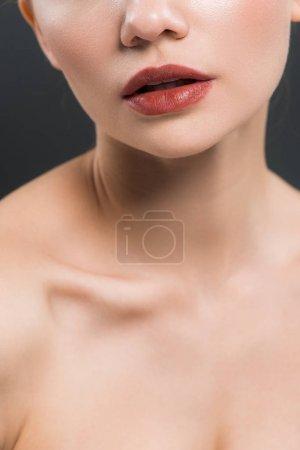 Photo pour Vue recadrée de jeune femme nue d'isolement sur le noir - image libre de droit