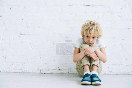 Foto de Niño preadolescente molesto en el suelo en casa - Imagen libre de derechos