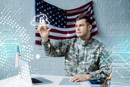 Photo pour Bel homme dans l'uniforme militaire pointant avec le doigt au nuage avec le cadenas - image libre de droit