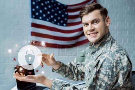 Photo pour Homme militaire heureux faisant des gestes dans le bureau près du cadenas virtuel avec le lettrage de gdpr - image libre de droit