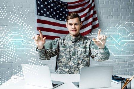 fröhlicher Mann in Militäruniform, der mit dem Finger auf die Datenvisualisierung zeigt