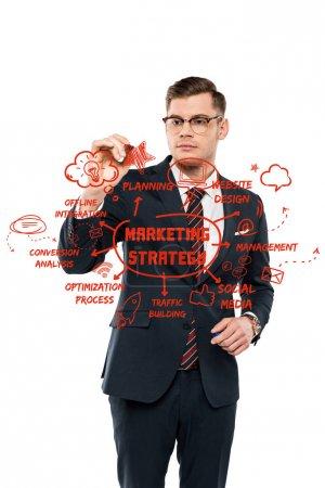 Photo pour Bel homme d'affaires dans des lunettes tenant stylo marqueur près de la planification lettrage sur blanc - image libre de droit