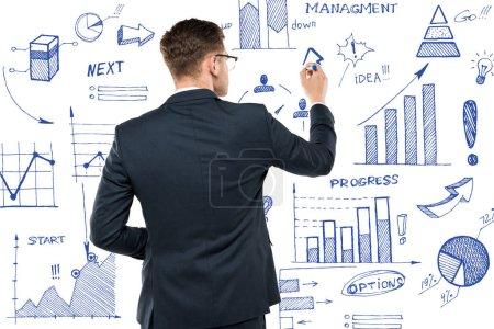 Photo pour Vue arrière de stylo de marqueur de fixation d'homme d'affaires près des diagrammes et des graphiques isolés sur le blanc - image libre de droit
