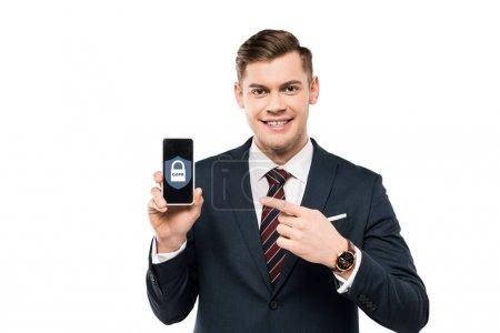 Photo pour Homme d'affaires heureux dans le procès pointant avec le doigt au smartphone avec le lettrage de gdpr sur l'écran d'isolement sur le blanc - image libre de droit