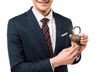 Photo pour Vue recadrée de l'homme d'affaires heureux dans le costume retenant des clefs et du cadenas avec le lettrage de gdpr sur le blanc - image libre de droit