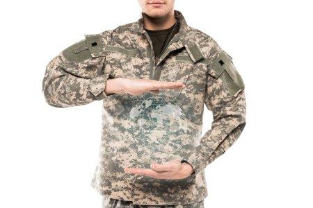 Photo pour Homme de vue recadrédans dans l'uniforme militaire touchant la carte virtuelle de monde d'isolement sur le blanc - image libre de droit