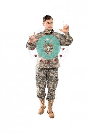 Photo pour Bel homme en uniforme militaire gesticulant tout en restant près du cadenas virtuel avec des lettres gdpr sur blanc - image libre de droit
