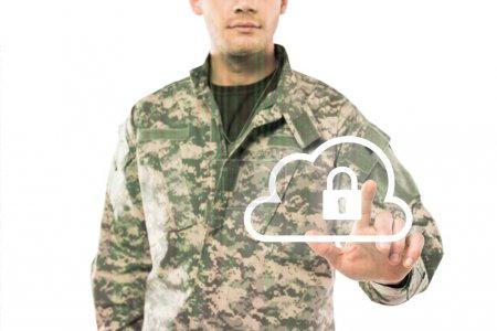 Photo pour Vue recadrée de soldat dans l'uniforme pointant avec le doigt au nuage virtuel avec le cadenas sur le blanc - image libre de droit