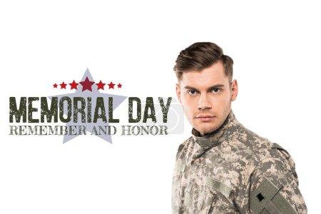 Foto de Soldado serio y guapo en uniforme mirando la cámara cerca del día conmemorativo letras en blanco - Imagen libre de derechos