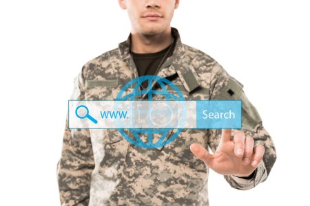 Photo pour Vue recadrée de soldat dans l'uniforme pointant avec le doigt à la barre d'adresse sur le blanc - image libre de droit
