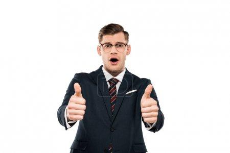 Photo pour Homme d'affaires surpris dans des lunettes montrant pouces isolés sur blanc - image libre de droit