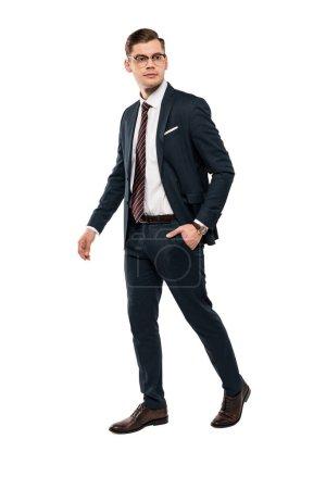 Photo pour Homme d'affaires beau restant avec la main dans la poche d'isolement sur le blanc - image libre de droit