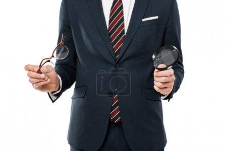 Photo pour Vue recadrée des glaces de fixation d'homme d'affaires et de la loupe d'isolement sur le blanc - image libre de droit