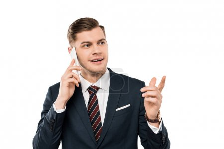 Photo pour Homme d'affaires heureux parlant sur le smartphone et pointant avec le doigt isolé sur le blanc - image libre de droit