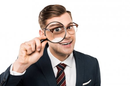 Foto de Hombre de negocios feliz sosteniendo lupa cerca del ojo aislado en blanco - Imagen libre de derechos