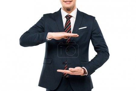 Photo pour Vue recadrée de l'homme d'affaires dans l'usure formelle gesticulant isolé sur le blanc - image libre de droit