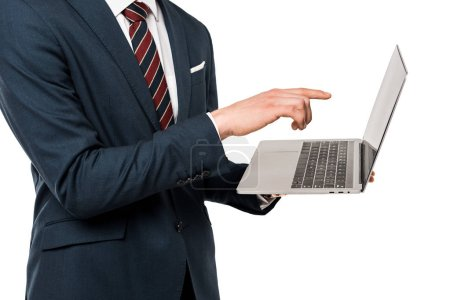 Photo pour Vue recadrée de l'homme dans le procès pointant avec le doigt à l'ordinateur portatif isolé sur le blanc - image libre de droit