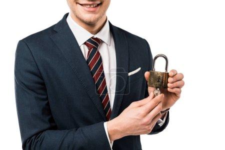Photo pour Vue recadrée de heureux homme d'affaires en costume tenant les clés et cadenas isolé sur blanc - image libre de droit