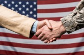"Постер, картина, фотообои ""селективного фокуса мужчины рукопожатие возле американского флага"""