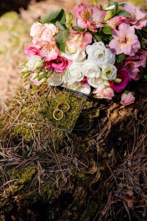 Foto de Ramo de flores y caja con anillos de boda - Imagen libre de derechos
