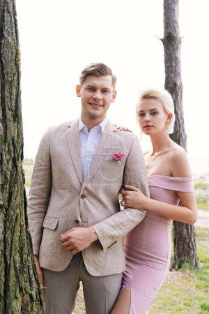 Photo pour Juste couples mariés debout dans la forêt et en regardant la caméra - image libre de droit