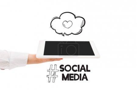 Photo pour Vue recadrée de femme retenant la tablette numérique avec l'écran blanc et l'illustration de médias sociaux d'isolement sur le blanc - image libre de droit