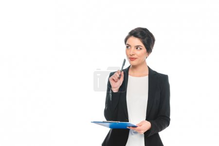 Photo pour Dreamy mixed race businesswoman holding pen and clipboard and looking away isolated on white - image libre de droit